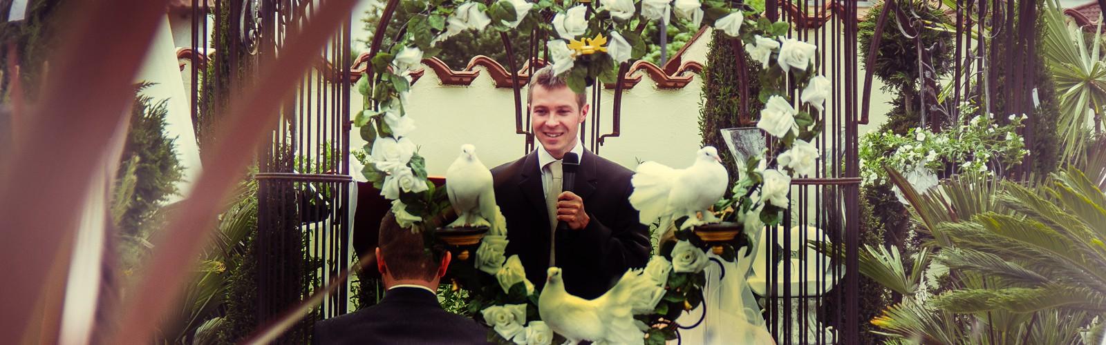 Romantische Trauung mit weißen Tauben